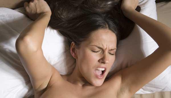 фото женщина испытывает оргазм